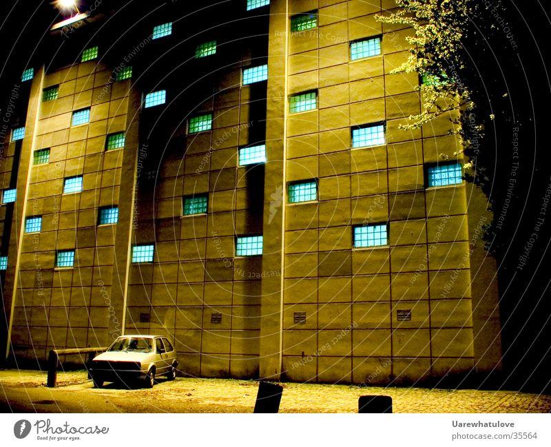 Geheime Experimente dunkel Fenster PKW Gebäude Architektur Wissenschaften geheimnisvoll Parkplatz zyan Gelbstich