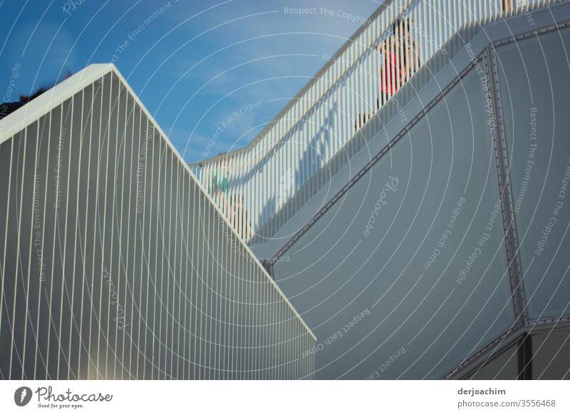 Ein  Treppen Aufgang im Wolkenhain ,Berlin - Marzahn .Beton, Gitter, blauer Himmel und Schatten von Menschen. Geländer Farbfoto Menschenleer Tag Architektur