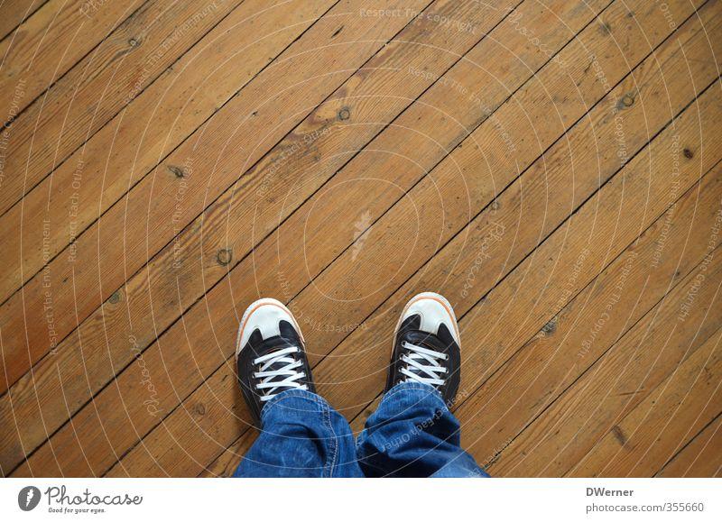Schuhe an oder aus? Mensch Haus Erwachsene Wand Innenarchitektur Mauer Holz Denken Fuß braun Raum maskulin Wohnung warten Häusliches Leben stehen