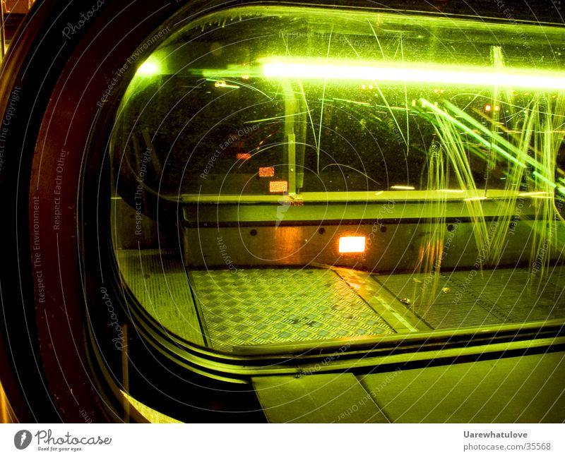 Rolltreppe Style U-Bahn London Underground Neonlicht Licht Kratzer grün Stil Nacht Verkehr Glas Reflektion orange modern Bewegung