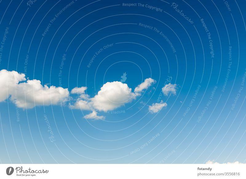 Weißes Wolkenband gegen blauen Himmel horizontal Kumulus Cumuluswolke himmelblau hintergrund Idylle Jahreszeit Landschaft leicht Leichtigkeit luft Meteorologie