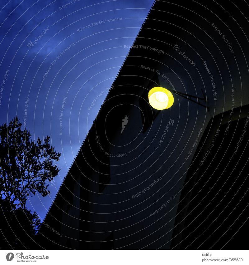 heimleuchten Lampe Umwelt Natur Himmel Wolken Nachthimmel Baum Bauwerk Gebäude Mauer Wand Fassade Dach Dachrinne Toreinfahrt Laterne Lichtschein Glas alt dunkel