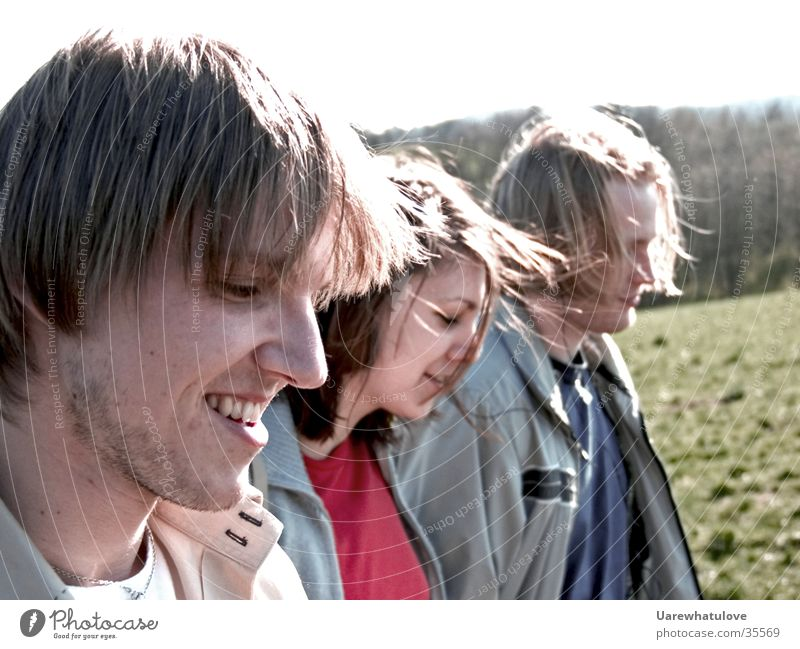 Freunde Zusammen gehen Freundschaft Licht Zusammensein Menschengruppe Freude Bewegung Wind lachen