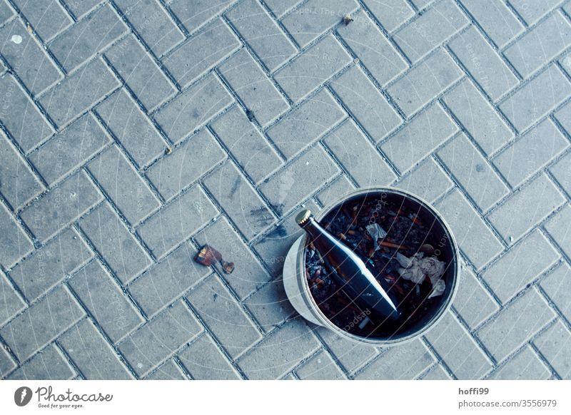 Blick von oben auf Aschenbecher mit Bierflasche wegwerfen Zigarettenstummel dreckig Müll Abfall Kippe kippen ausdrücken Flasche Glas Sucht Spirituosen
