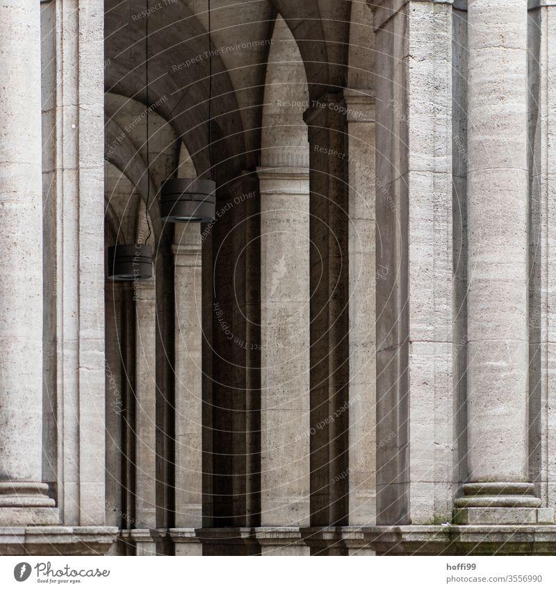 Historische Arkaden aus Sandstein Arkadengang Säule alt Altstadt Fassade Gotik elegant Architektur Gebäude Arkadengängen Symmetrie Stadtleben Bogen