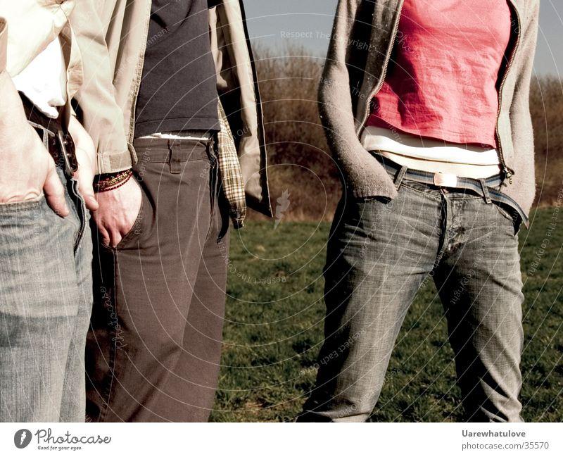 Freunde Mensch Hand Menschengruppe Freundschaft Zusammensein Bekleidung stehen Hose Tasche Gürtel