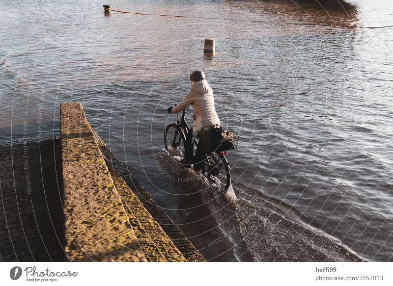 mit dem Rad durch das Hochwasser Fahrrad Klimawandel Überflutet hochwasserlage Erwärmung globale Erwärmung Umwelt Weser Meer Wasser Landschaft Überschwemmung