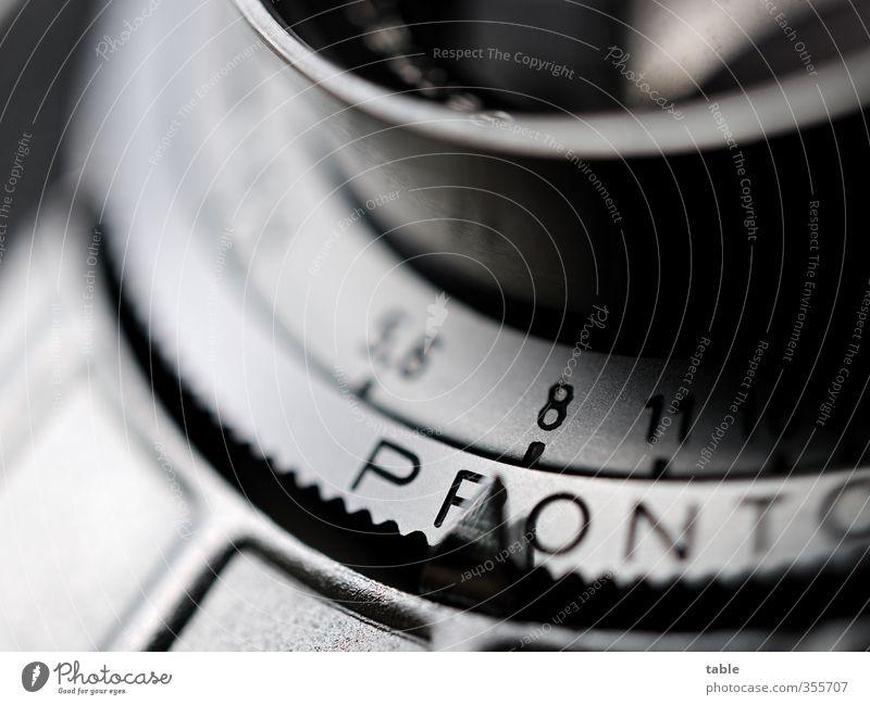 Objektiv betrachtet Medienbranche Handwerk Fotograf Fotokamera Sammlerstück Glas Metall Zeichen Schriftzeichen Linie beobachten glänzend alt ästhetisch dunkel