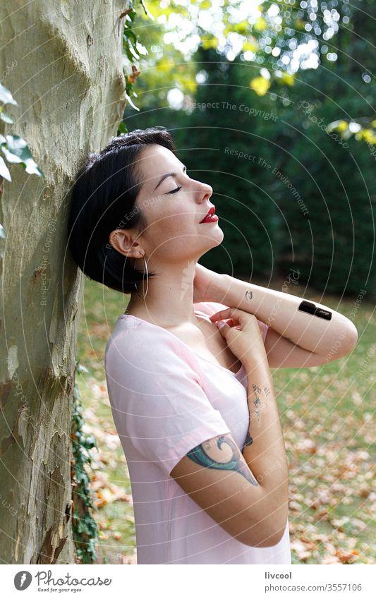 Frau, die mitten in der Natur Batterien auflädt Mädchen Tattoo Batterien aufladen Aufladen Stil neu laden Baum grünlich Nizza Schönheit cool Hipster niedlich