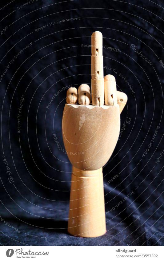 Symbol of provocation. Holzhand für anatomisches, künstlerisches Zeichnen, die einen Finger in die Höhe streckt um den Verantwortlichen die Kritik zum Umgang mit Kunst und Kultur in der Coronakrise zu demonstrieren.