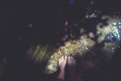 barfuß in einem wasserbecken stehend mit lichteinfall Füße Fuß nackt Barfuß Zehen Wasserbecken Licht Licht und Schatten Lichteinfall Sonnenlicht glitzern