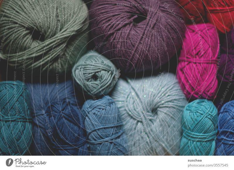 verschiedenfarbige wollknäuel Wolle Wollknäuel Handarbeit stricken häkeln Farben Blautöne pink Wollfaden Freizeit & Hobby weich Wärme ruhig wollig Nahaufnahme