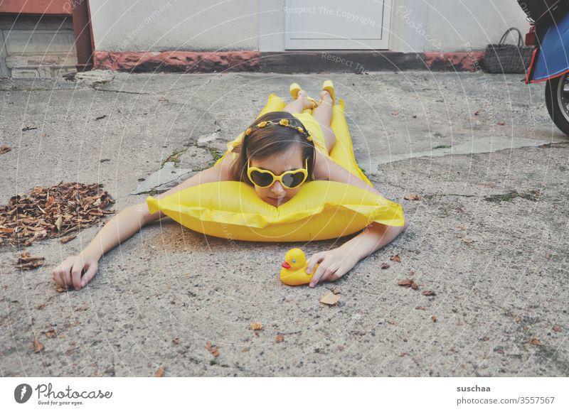 mädchen liegt auf luftmatratze im hinterhof | ferien zu hause Ferien Urlaub Mädchen Jugendliche Teenager Matratze Bikini Sonnenbrille Badeente Hof Hinterhof