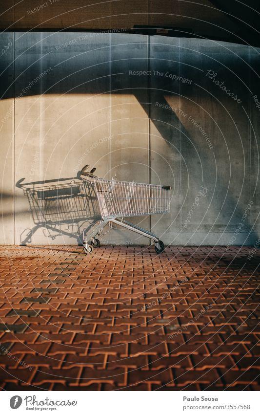 Warenkorb leeren kaufen Einkaufswagen Einkaufskorb Konsumverhalten Verbraucher Wirtschaft Supermarkt Metall Farbfoto Menschenleer Korb Markt Handel