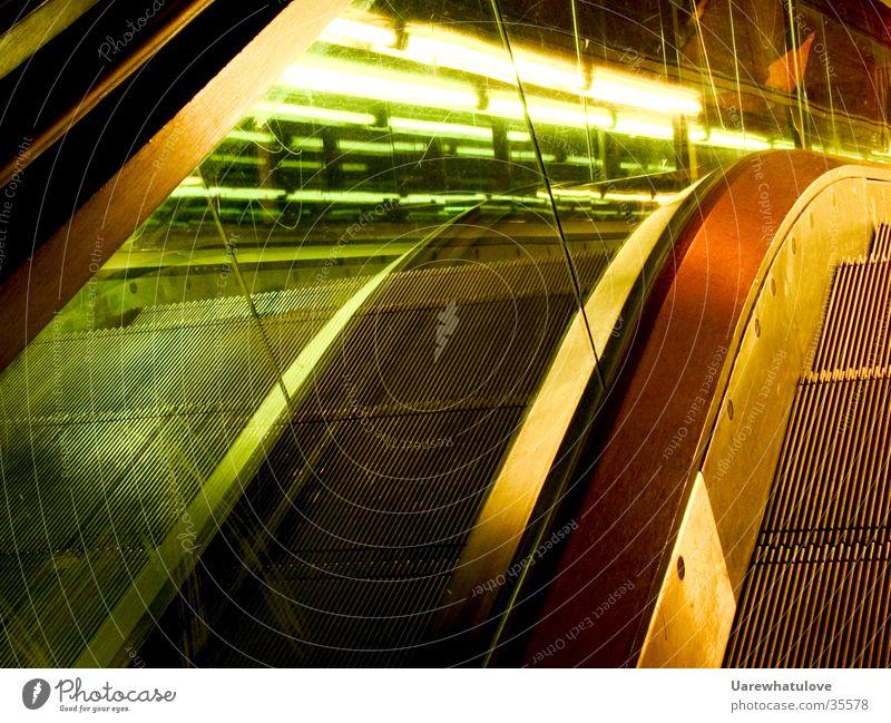 Style Rolltreppe Nacht Licht grün Langzeitbelichtung Stil Architektur orange Bewegung modern Glas