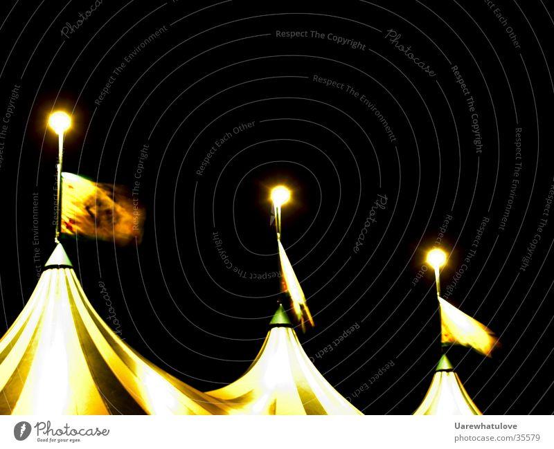 Zelt Spitzen bei Nacht Fahne Langzeitbelichtung Licht Lampe 3 Club Wind
