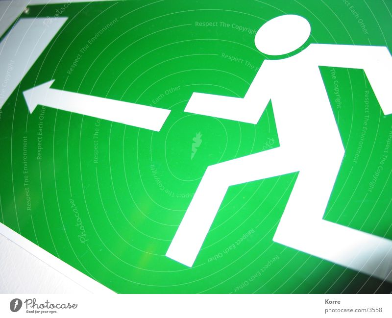 Catch Me If You Can grün Angst Tür gehen Schilder & Markierungen laufen Brand rennen Rasen Hinweisschild Pfeil obskur Flucht Rettung Panik Wege & Pfade