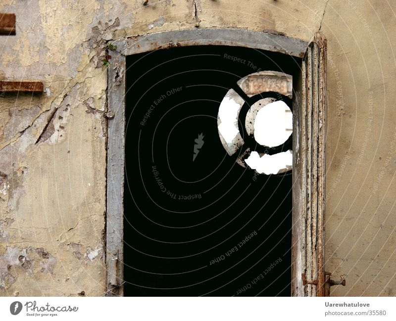 Tür mit Fenster alt dunkel Wand Holz Architektur offen tief Ruine Riss Türrahmen