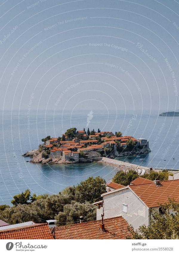 Blick auf die Insel Sveti Stefan in Montenegro Balkan Urlaub Außenaufnahme Ferien & Urlaub & Reisen Landschaft Berge u. Gebirge Menschenleer Tourismus Sommer