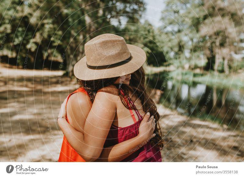 Umarmung der Schwestern Liebe Mensch Außenaufnahme Glück Kindheit Zusammensein Farbfoto Freundschaft 2 Freude Mädchen Tag Familie & Verwandtschaft Lifestyle