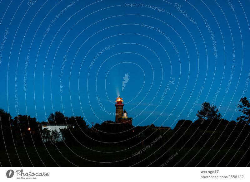 Die 2 Leuchttürme am Kap Arkona in der späten Abenddämmerung Leuchtturm Insel Rügen Ostsee Dämmerung blaue Stunde Nacht Dunkelheit Leuchtfeuer Küste Landschaft