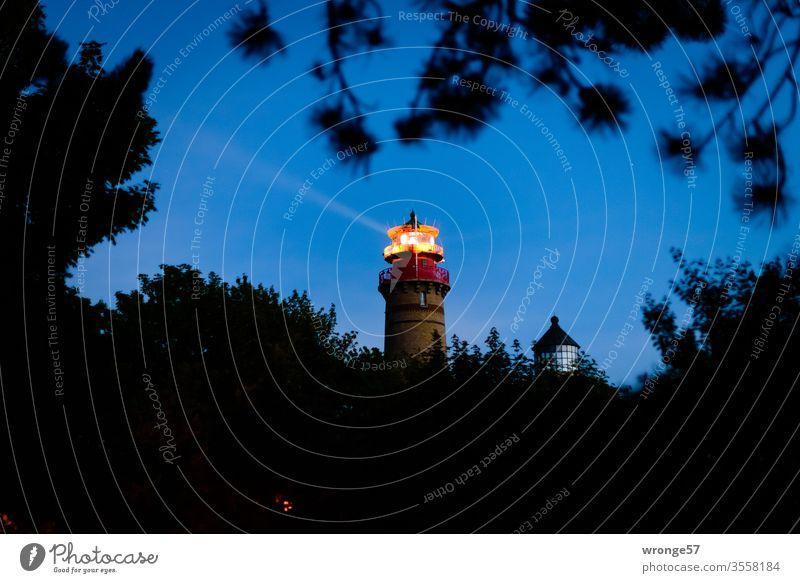 Die beiden Leuchttürme am Kap Arkona in der späten Abenddämmerung Leuchtturm Insel Rügen Ostsee Dämmerung blaue Stunde Nacht Dunkelheit Leuchtfeuer Küste