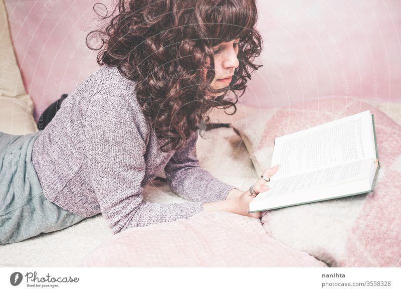 Junge brünette Frau liest in ihrem Schlafzimmer ein Buch lesen Schüler Raum müde sich[Akk] entspannen lernen heimwärts zu Hause genießen Kultur Freizeit hübsch