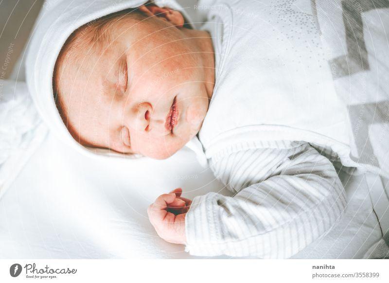 Kleines Mädchen in den ersten Lebenstagen Baby Neugeborene Geburt erster Tag Junge Krankenhaus Raum Mama Familie Glück Fröhlichkeit Pflege Liebe Kind Tochter