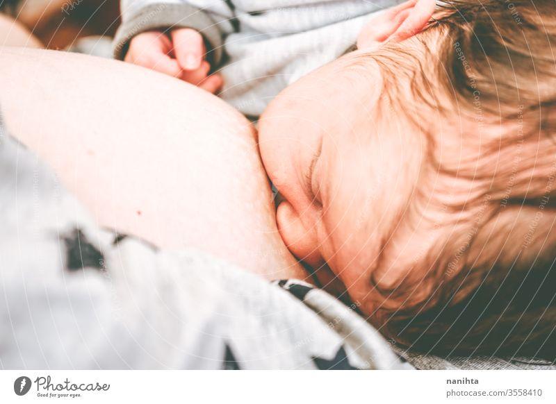 Nahaufnahme einer jungen Mutter, die ihr kleines Baby stillt Stillen Mama Mutterschaft Neugeborene Geburt Futter Lebensmittel essen Essen Kopf Gesundheit neu