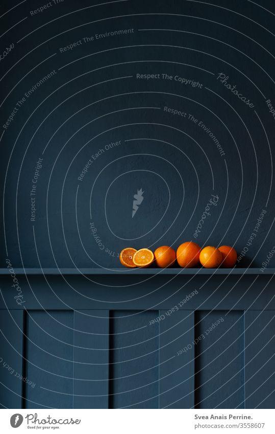 Edle Orange dunkel Wand wandfarbe blaue wand Farbe edel Stillleben natürliches Licht Obst Essen Ernährung Gesundheit Lebensmittel Vitamine Vitamin C
