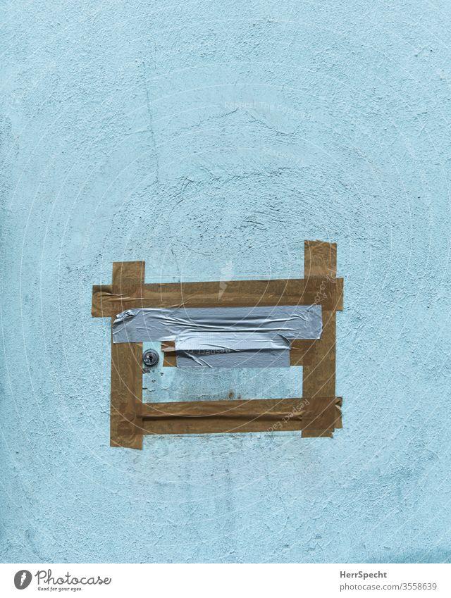 Zugeklebter Briefkasten Mauer Briefschlitz Briefkastenschlitz Postkasten Klebeband zugeklebt verschlossen Menschenleer Haus Farbfoto Häusliches Leben