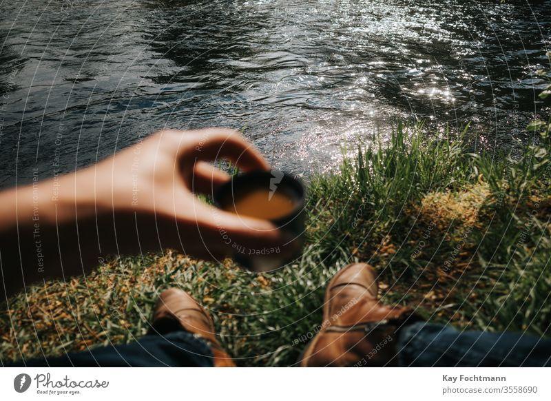 Kaffeetrinken in der Natur Aroma Backpacker Frühstück braun Café Camping Tasse genießen Freiheit Gras grün Fröhlichkeit Beteiligung Feiertag See Seeufer