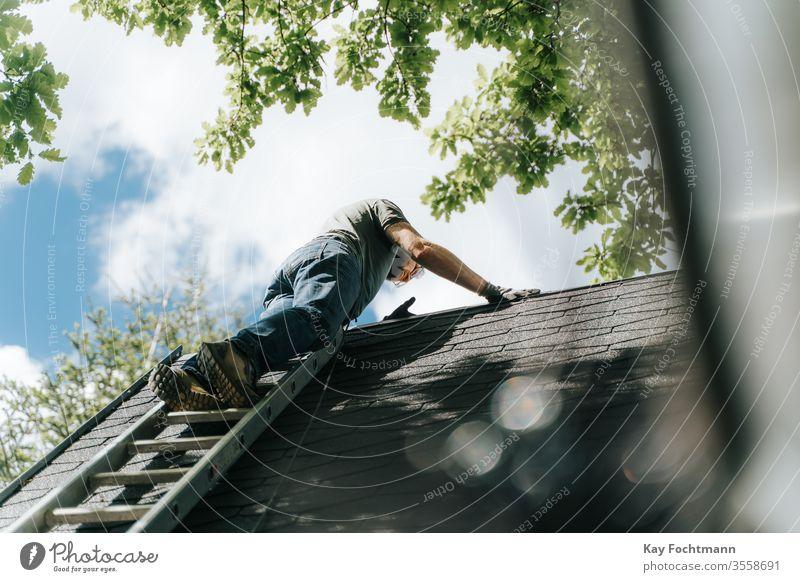 Hauseigentümer, die auf einer Leiter auf das Dach steigen Leichtmetall Architektur authentisch Gebäude Säuberung Aufstieg Klettern Konstruktion gefährlich