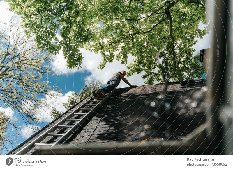 Hauseigentümer, der auf einer Leiter auf das Dach steigt Leichtmetall Architektur authentisch Gebäude Säuberung Aufstieg Klettern Konstruktion gefährlich erhöht