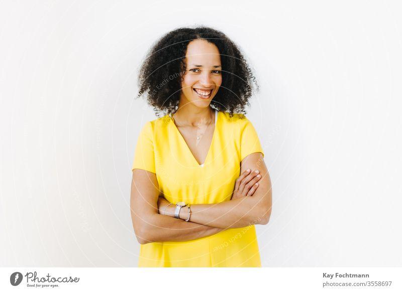 Portrait von lächelnder Frau mit verschränkten Armen 25-30 Erwachsener Afroamerikaner attraktiv schön Schönheit schwarz Selbstvertrauen lockig Tag Emotion