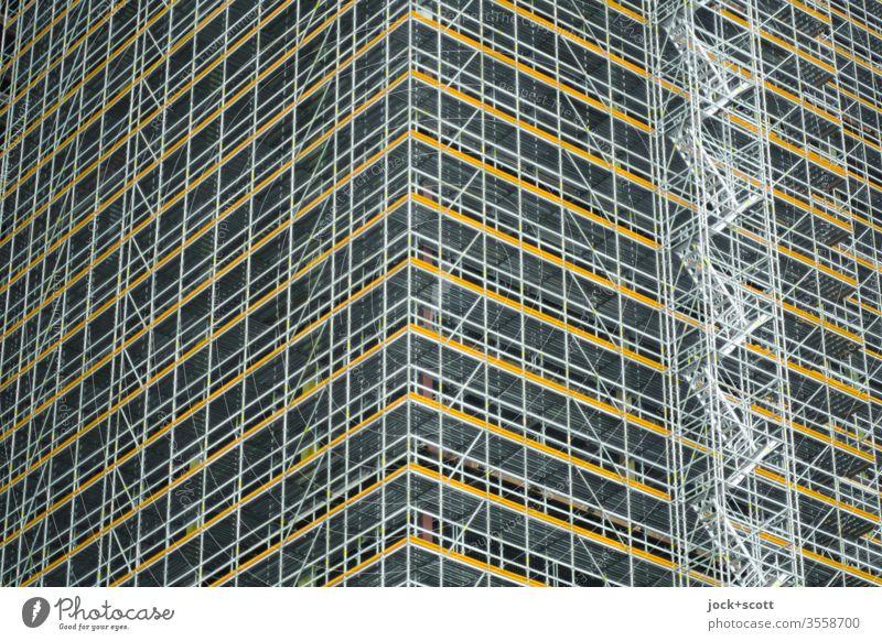 Hochhaus komplett eingerüstet authentisch Fortschritt Modernisierung viele Symmetrie Treppen Umbau Froschperspektive altlastensanierung Block Rohbau