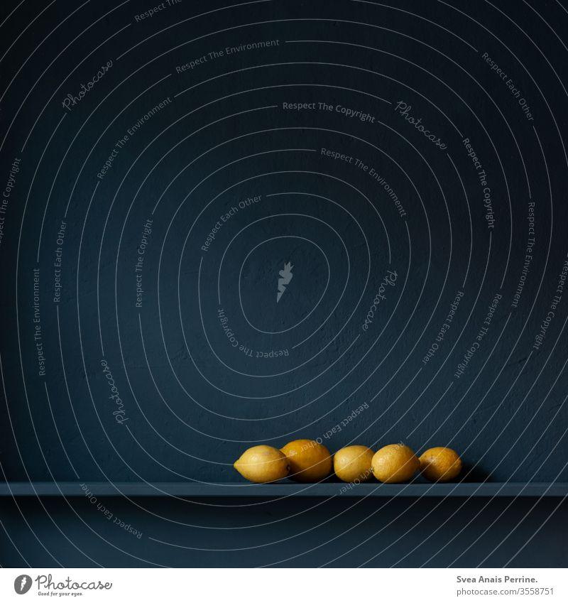 Edle Zitrone dunkel Wand wandfarbe blaue wand Farbe edel Stillleben natürliches Licht Obst gelb Essen Ernährung Gesundheit Lebensmittel Vitamine Vitamin C