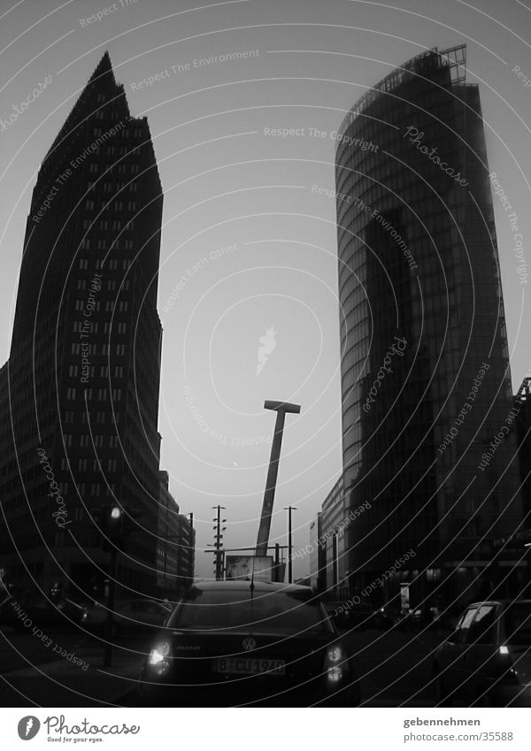 PotsPlatz Potsdamer Platz Stadt Architektur Berlin Schwarzweißfoto Abenddämmerung Die 5. Himmelsrichtung