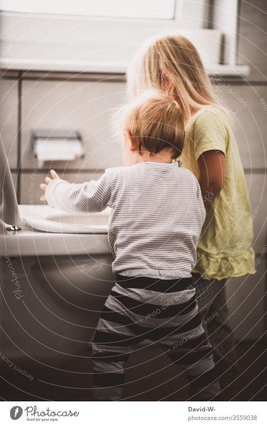 Große Schwester und kleiner Bruder machen Quatsch Geschwister Kindheit Junge Mädchen Toilette anstiften lernen frech witzig Frechdachs Unsinn unsinn machen