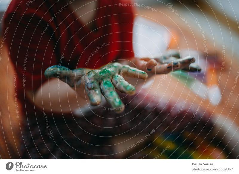 Nahaufnahme von gemalten Kinderhänden grün Hand Finger Farbfoto Farbe Kunst mehrfarbig Anstreicher Schwache Tiefenschärfe malen Kleinkind Freizeit & Hobby