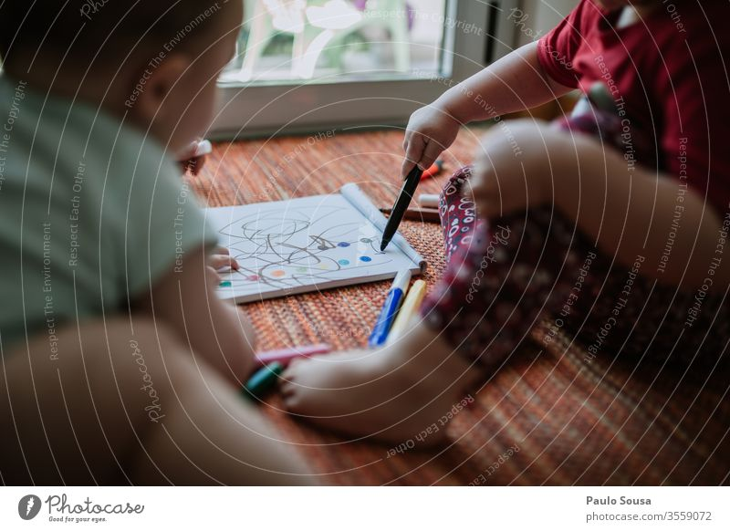 Kinder-Gemälde Kindheit Geschwister Freizeit & Hobby Kindergarten Farbfoto mehrfarbig Kreativität Zeichnung Farbstift Bildung Papier Farbe Kunst zeichnen