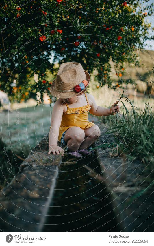 Kind mit Hut Granatapfel Natur Sommer Sommerurlaub Frühling Ferien & Urlaub & Reisen Außenaufnahme Kindheit Farbfoto Lifestyle Tag Fröhlichkeit Kleinkind