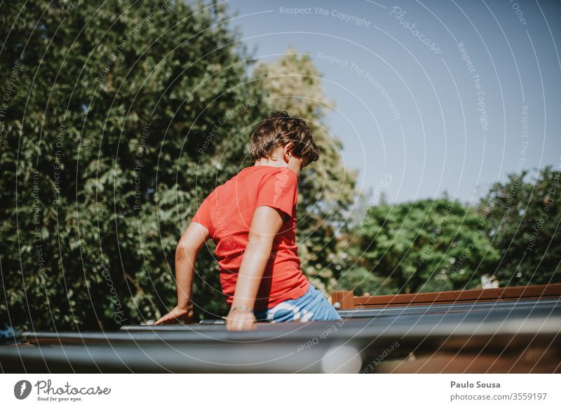 Kind hat Spaß auf dem Spielplatz Spielen Park Lifestyle Außenaufnahme Sport Straße Spielfeld Kinderfreizeit Freizeit & Hobby im Freien Sommer Frühling rot