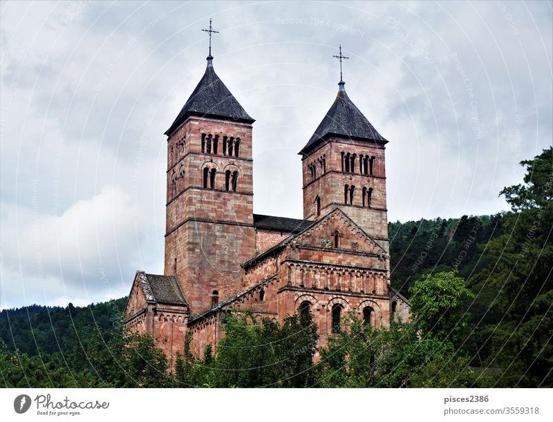 Die Steilhänge der Abtei Murbach ragen aus dem Wald in den Vogesen Kirche Religion Architektur alt historisch mittelalterlich Gebäude antik Turm Kloster