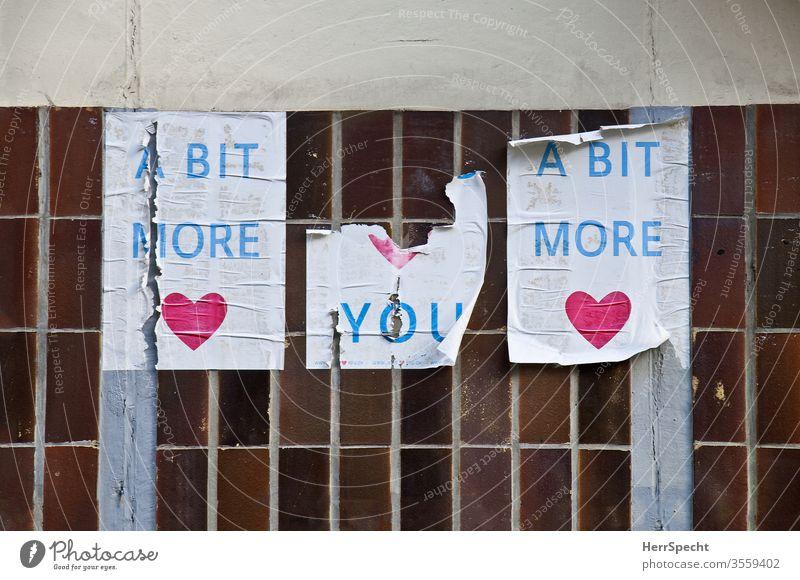 Mehr Liebe Plakat Plakatwand Herz mehr fordernd Utopie Harmonie abgerissen Papier aufgeklebt