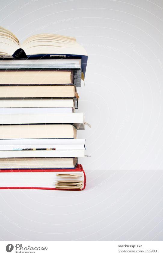 bücher stapel blau weiß rot Denken Schriftzeichen Buch lernen Studium Papier lesen Buchstaben Bildung Erwachsenenbildung Wissenschaften eckig Berufsausbildung