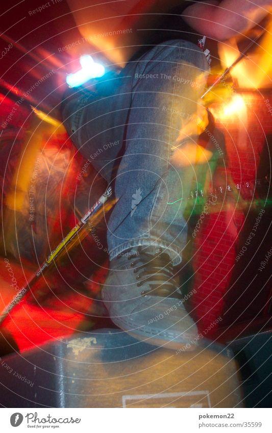 Rock It Baby! Musik Fuß Schuhe Jeanshose Konzert Rockmusik Bühne Mikrofon Scheinwerfer Punkrock Lightshow Sänger treten Fußtritt Rockkonzert