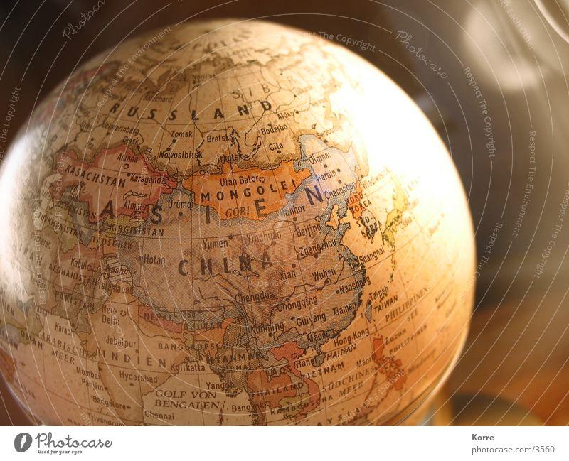 Marco Polos' Globus Farbfoto Studioaufnahme Nahaufnahme Detailaufnahme Makroaufnahme Menschenleer Textfreiraum rechts Kunstlicht Licht Sonnenaufgang