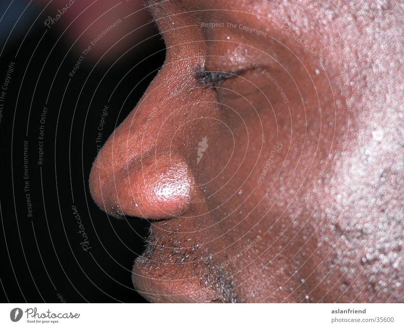 Afrikanisches Gesicht Mann braun Haut glänzend Nase Afrikaner Pore dunkelhäutig