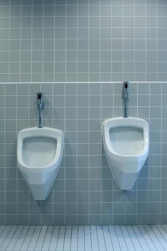 größenunterschied Mann kalt Wand Mauer klein groß stehen Wachstum Sauberkeit Bad Gastronomie Fliesen u. Kacheln Toilette Restaurant Verschiedenheit